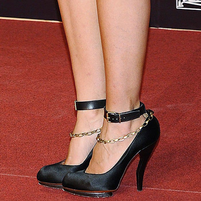 Cameron in Lanvin pumps with a gold ankle chain