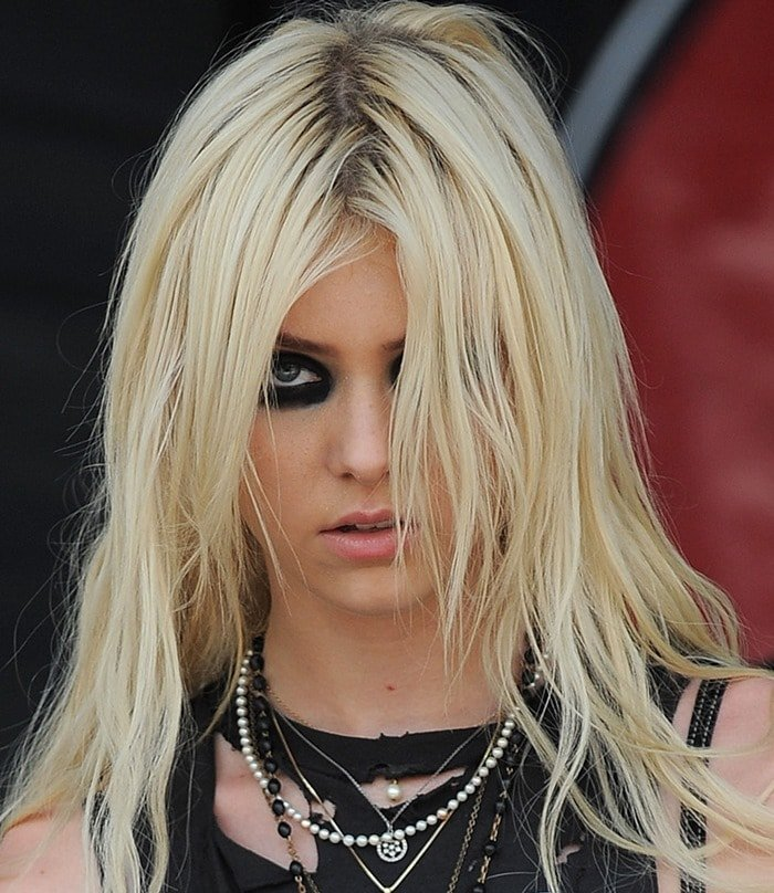 Taylor Momsen with black eye makeup and a variety of necklaces
