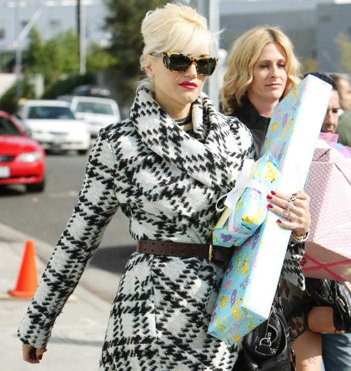Gwen Stefani makes her way back to her car after attending a baby shower for a friend with other members of her band No Doubt in Culver City on November 7, 2010