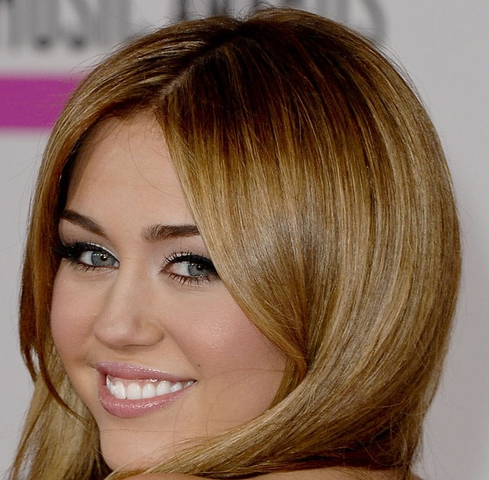 Miley Cyrus'blonde hair color looked great