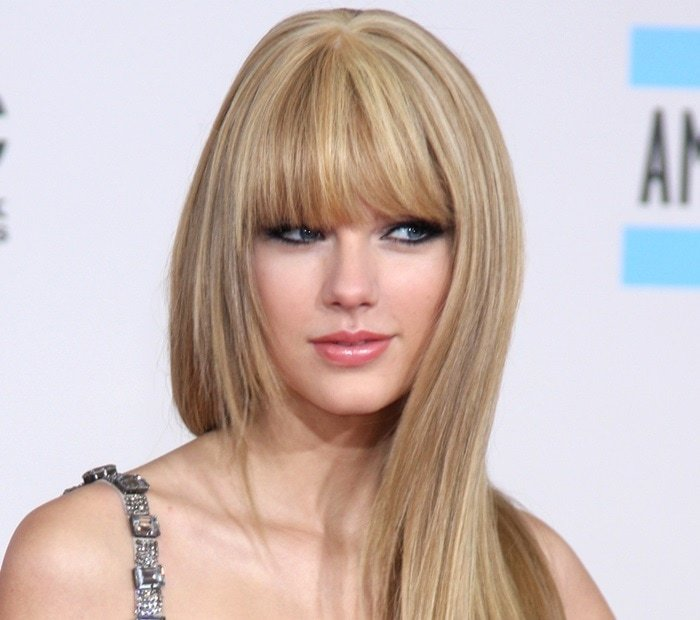 Taylor Swift with perfectly straight blonde hair
