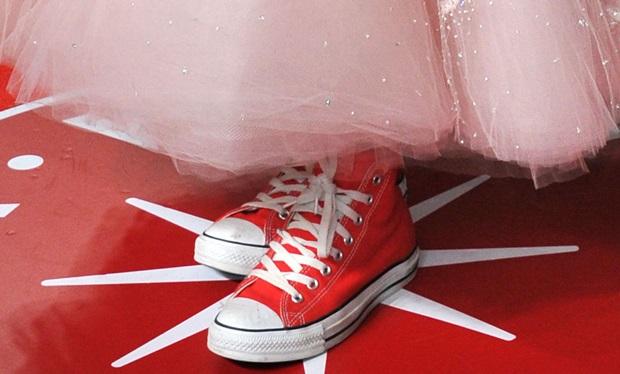 Hailee Steinfeld's feet in red Chuck Taylors