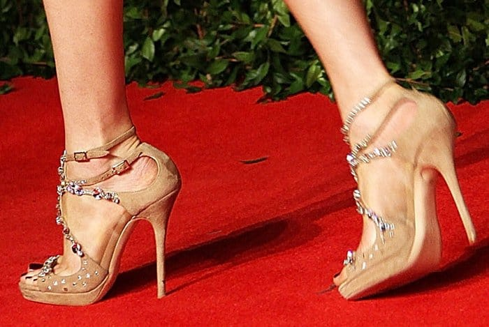 Elizabeth Banks shows off her feet in Jimmy Choo Viola sandals