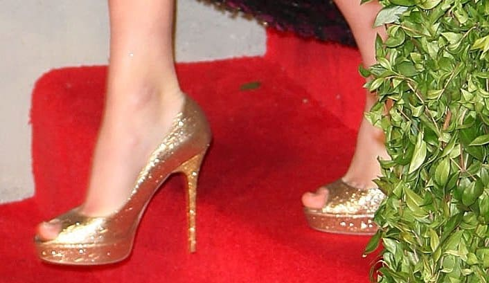 Taylor Swift showed off her feet in Jimmy Choo Crown glitter-covered & metallic leather pumps
