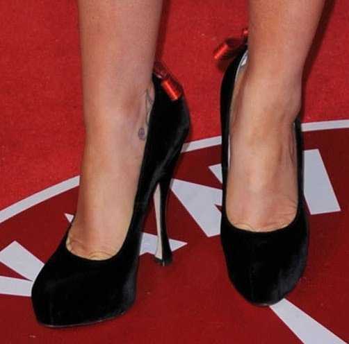 That red bow running down the back of the heel of Anna Paquin's pumps is a detail that's unmistakably Brian Atwood