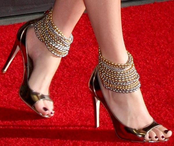 Elizabeth Banks Flaunts Sexy Legs In Striped Wedges