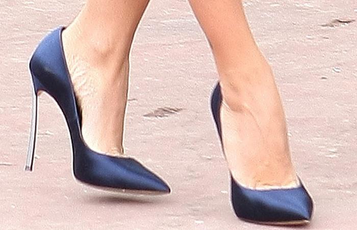 Penelope Cruz showed off her feet in beautiful metal heel shoes