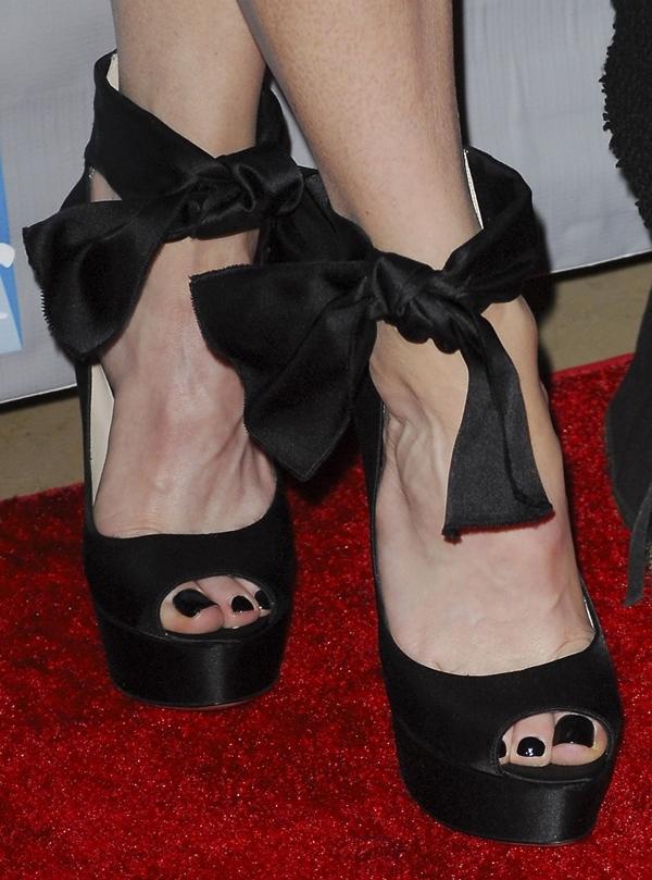 Renee Zellweger's sexy toes on display inblack ankle-tie bow heels