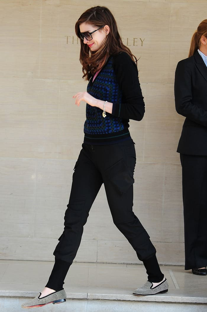 Anne kept things sweet and simple in a black and blue Christopher Kane sweater and cool black cargo pants with ribbed ankle cuffs