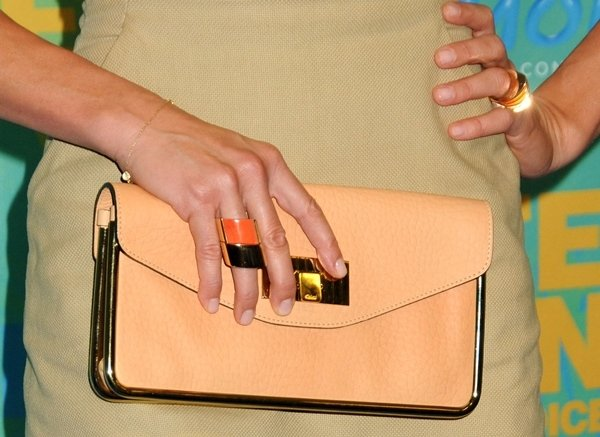 Cameron Diaz shows off her nude Chloé 'Sally' clutch and Vhernier cocktail rings