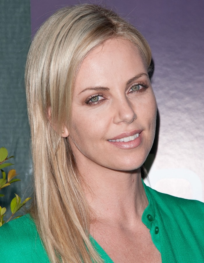Charlize Theron wearing a short-sleeve emerald green Chloe Resort 2012 dress featuring a drawstring tie waist