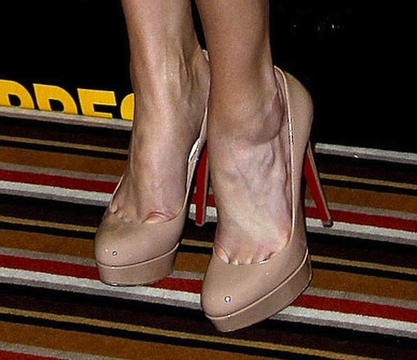 Amber Heard's toe cleavage in nude Christian Louboutin pumps