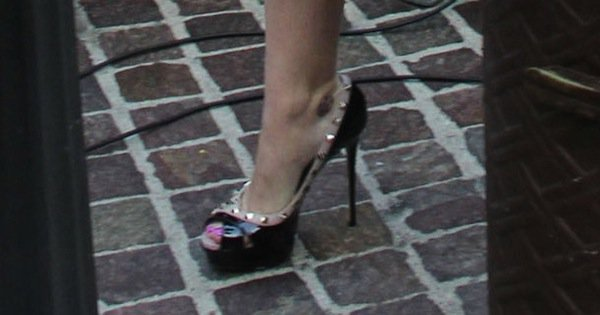 """Katy Perry showing off her pink toes in Valentino """"Rockstud"""" pumps"""