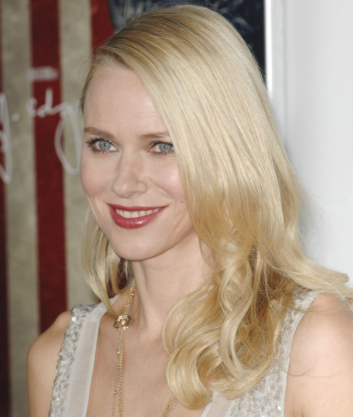 Naomi Watts accessorized with a long gold necklace