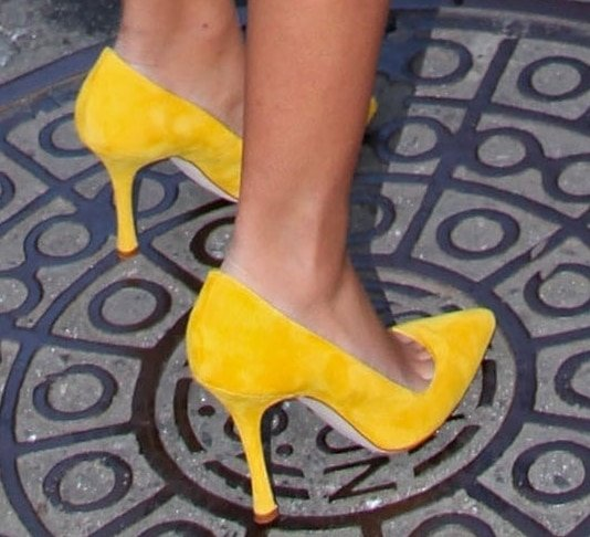Solange Knowles' hot feet in yellow pumps