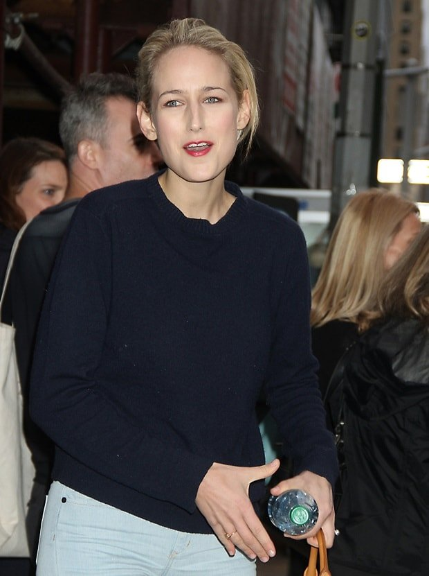 Leelee Sobieski paired a slouchy crewneck sweater with skinny jeans