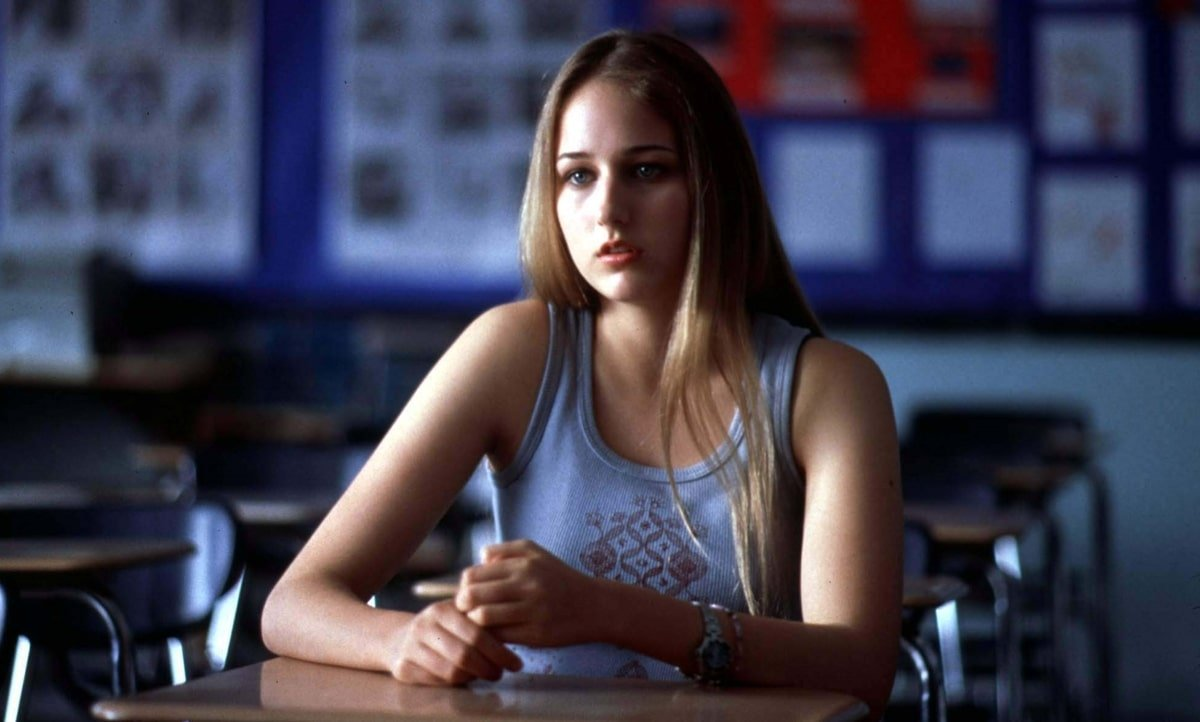Leelee Sobieski plays a sixteen-year-old girl who loses her parents in a car accident