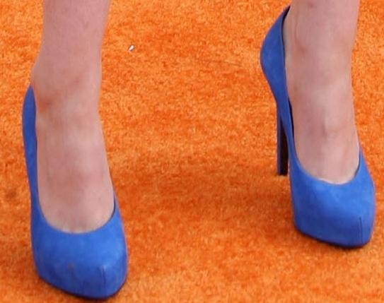 Kristen Stewart revealed toe cleavage in blue Barbara Bui pumps