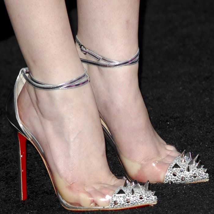 Anna Kendrick's feet in Christian Louboutin pumps