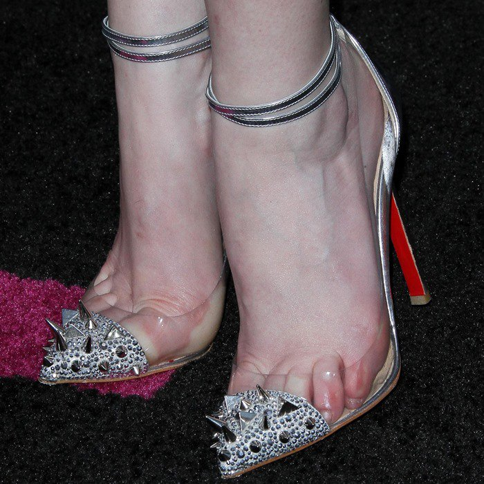 Anna Kendrick torturing her feet in Christian Louboutin shoes