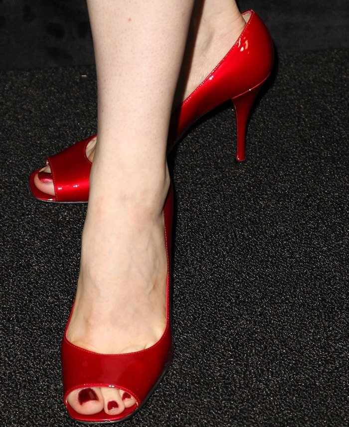 Bellamy Young's sexy toes in red shoes