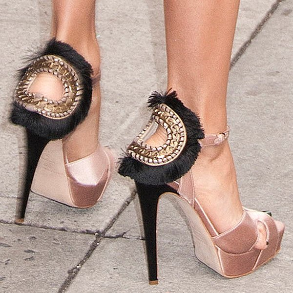 Eva Longoria's pinky toe falling out of her Brian Atwood 'Vanity' chain and fringe trimmed sandals