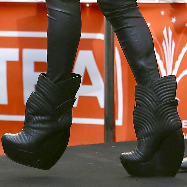 Ellie Goulding in head-turning, big, black boots