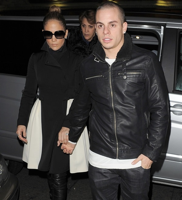 Jennifer Lopez and her boyfriend Casper Smart leave their hotel and go for dinner at the Charlotte Street Hotel on October 23, 2012