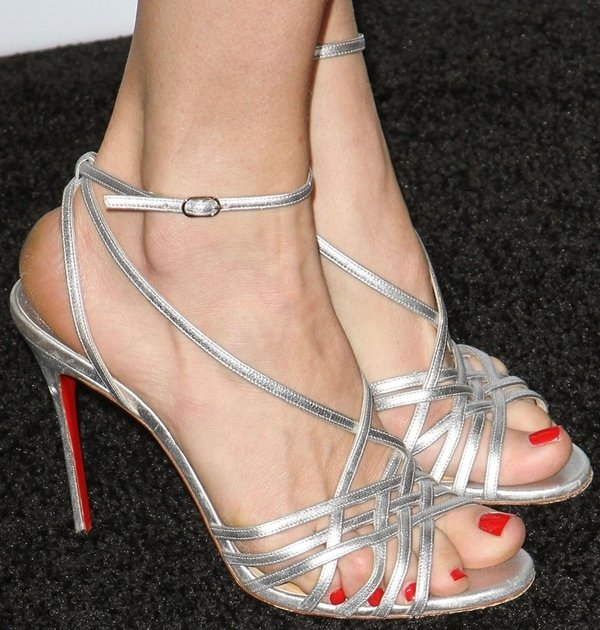 Rebecca Romijn's pretty feet in metallic sandals