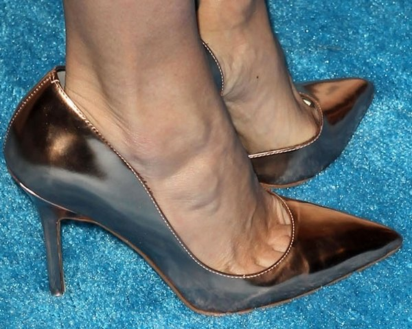 Rebecca Romijn revealed toe cleavage in sexy pumps