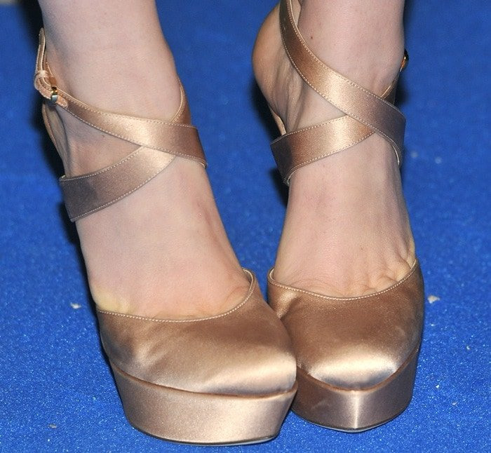 Isla Fisher shows toe cleavage in ankle-strap Miladys pumps from Sergio Rossi