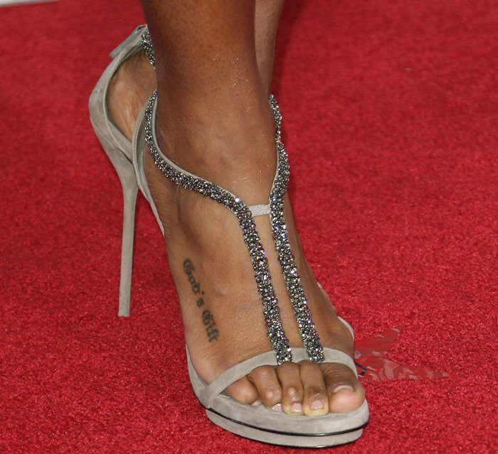 Kelly Rowland's popcorn toes in minimalist sandals perched atop a strikingly slim heel