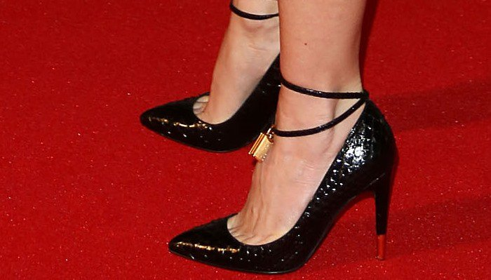 Naomi Watts in golden padlock-detailed pumps by Tom Ford