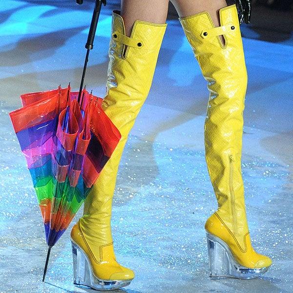American model Cameron Russell rocks yellow rain boots