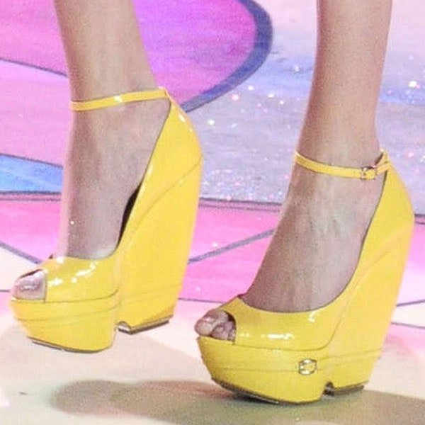 Maud Welzen displays her toes in yellow platform wedges