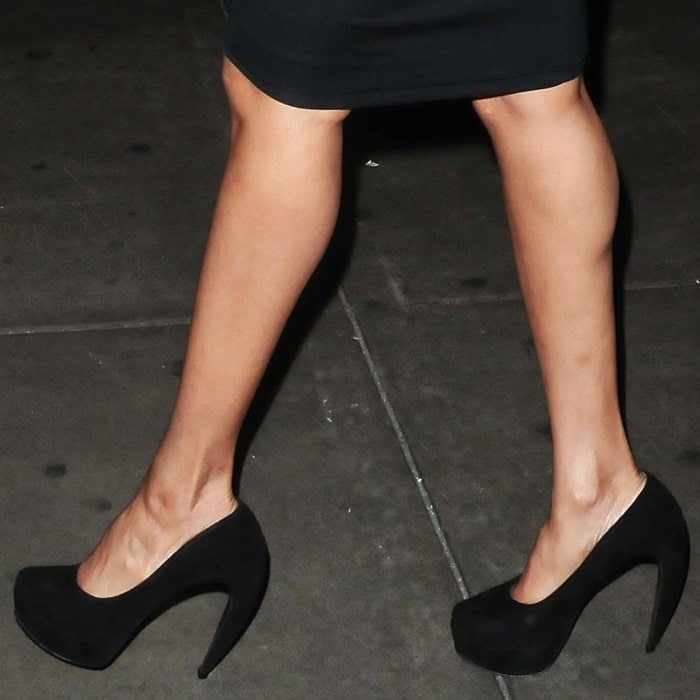 Tyra Banks flaunts her legs in curved heel Walter Steiger pumps