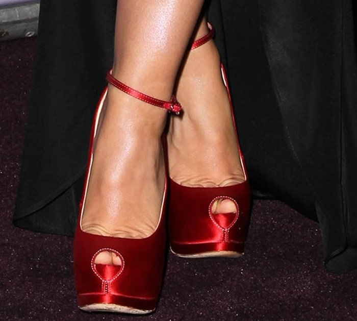 Elisha Cuthbert shows off her sexy feet inGiuseppe Zanotti peep-toe pumps