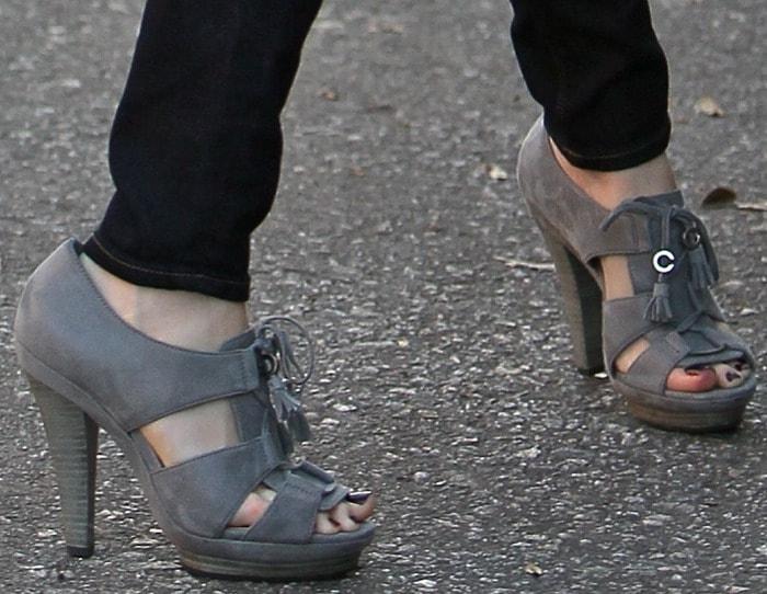 Elizabeth Banks in tassel detailed sandals