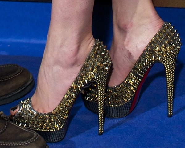 Rosamund Pike showed off her hot feet in Christian Louboutin pumps
