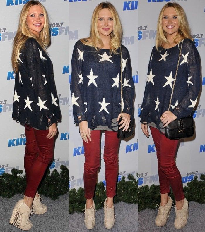 Contrast stars pattern Stephanie Pratt' shredded open-knit sweater, which has a generous, oversized fit