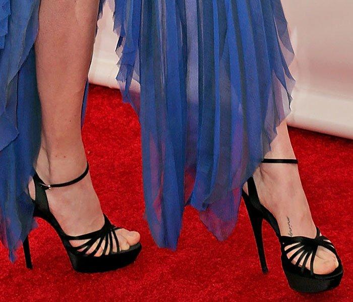 Amanda-Seyfried-Roger-Vivier-sandals-1