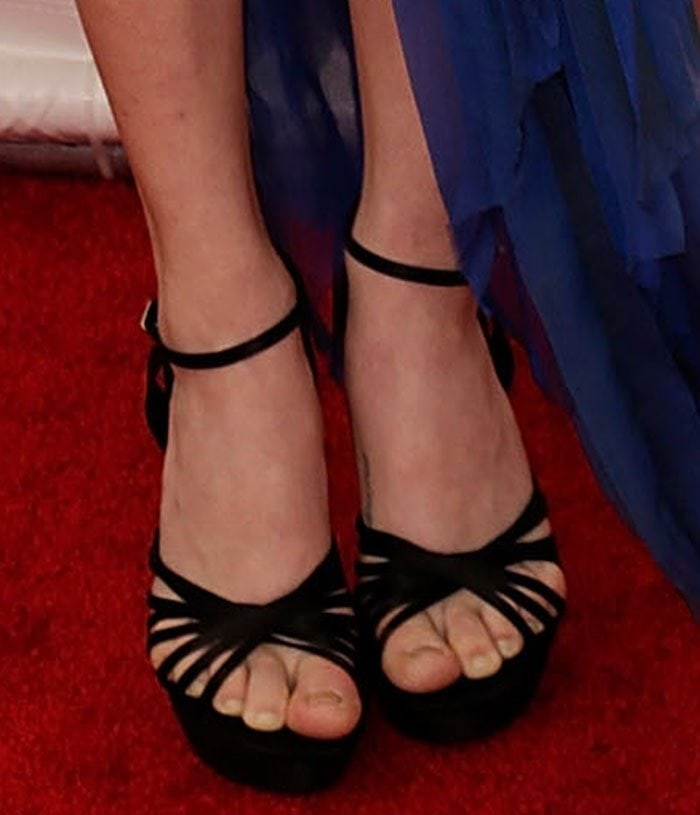 Amanda-Seyfried-Roger-Vivier-sandals