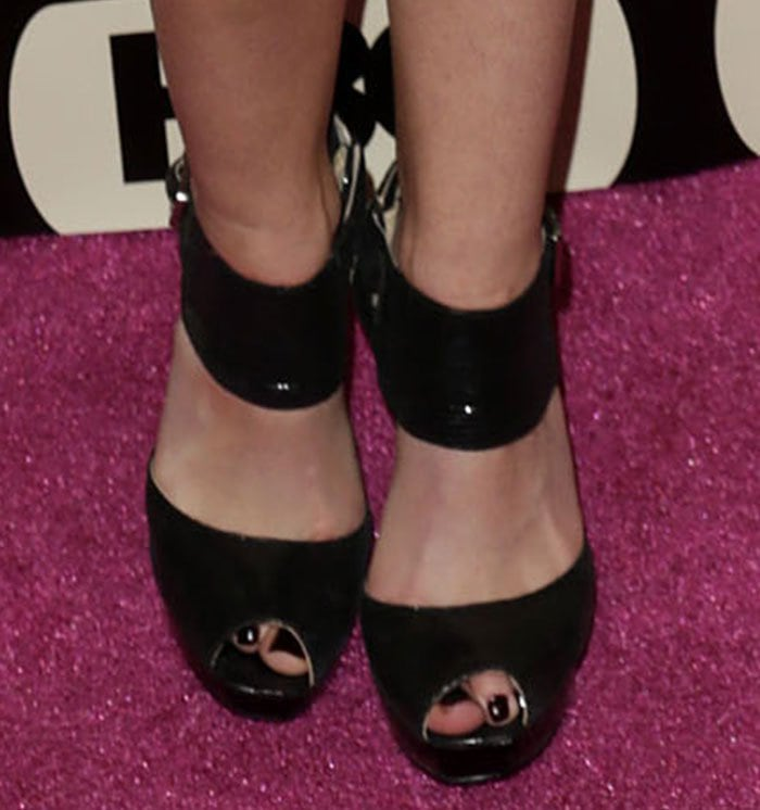 Anna Camp displays her sexy feet in black high heels