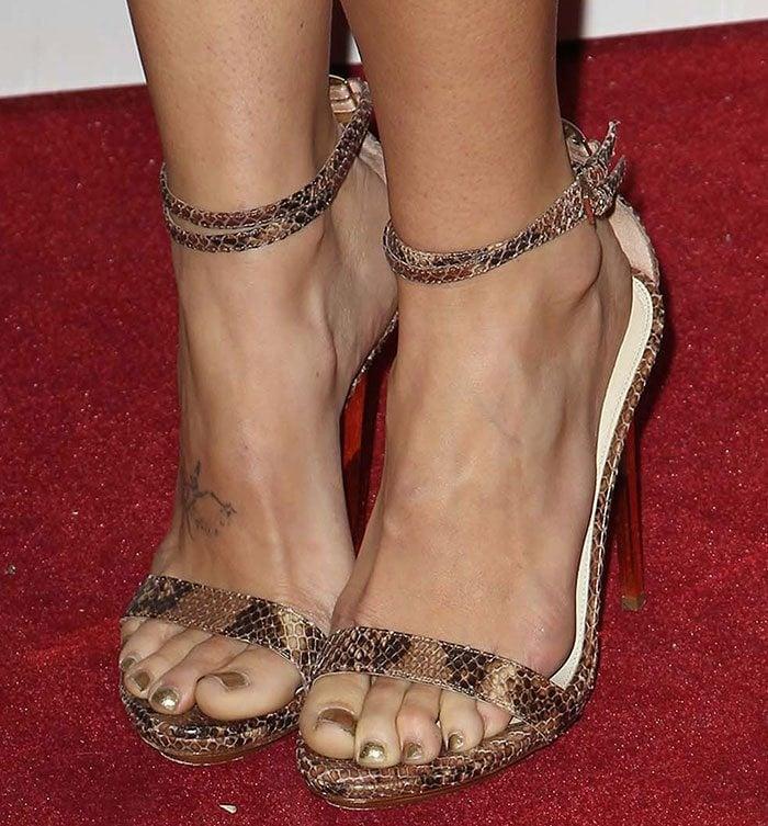 Caroline D'Amore showed off her hot feet in snakeskin sandals