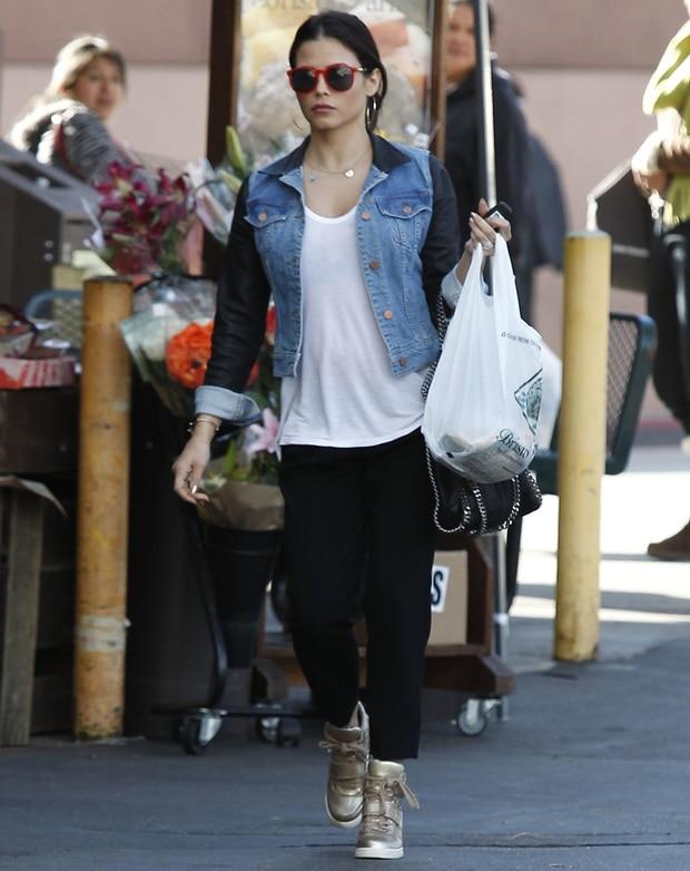 A pregnant Jenna Dewan-Tatum picks up some groceries at Bristol Farms market