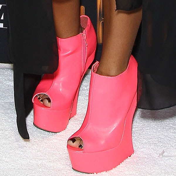 Snooki in hot pink heel-less shoes