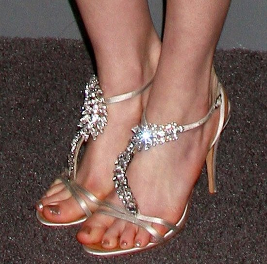 Anne Hathaway showed off her pretty toes