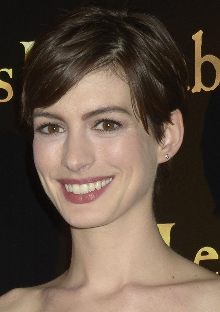 Anne-Hathaway-pixie-cut-makeup