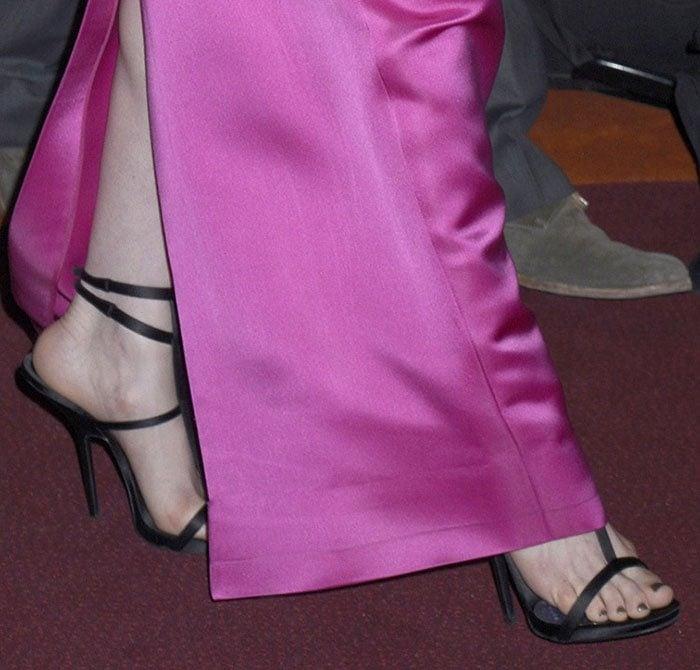 Anne-Hathaway-strappy-black-sandals