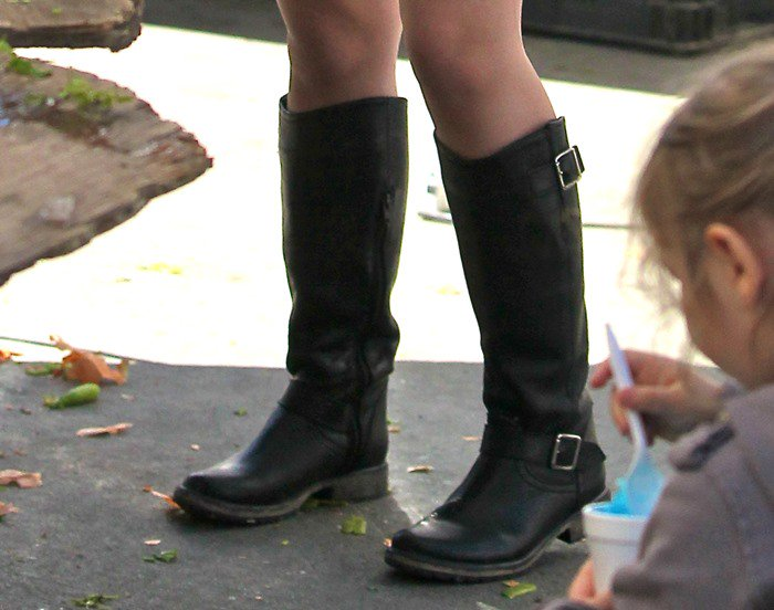 Ariel Winter Of Quot Modern Family Quot Shops In Knee High Riding